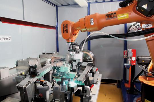 KUKA Exposera Plusieurs Cellules Robotisées De Soudage à L